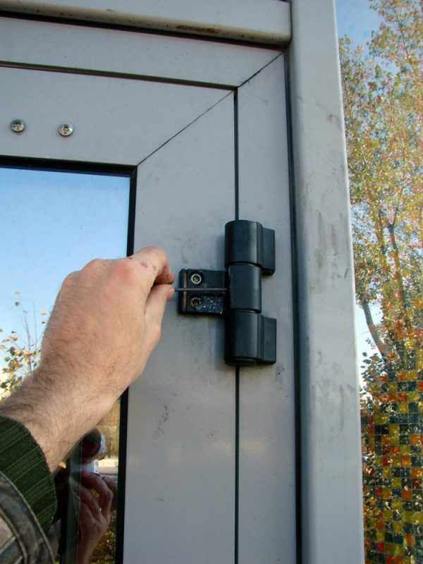 Навешивание пластиковой двери на петли