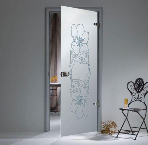 Стеклянная дверь с нажимной ручкой