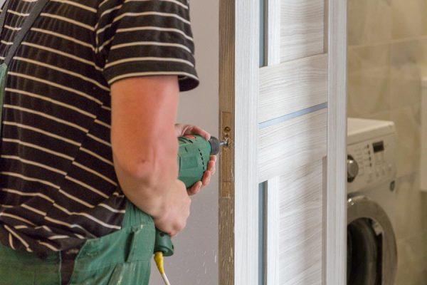 Установка фурнитуры дверей