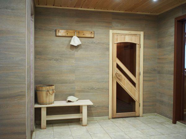 Дверь из стекла в деревянном каркасе