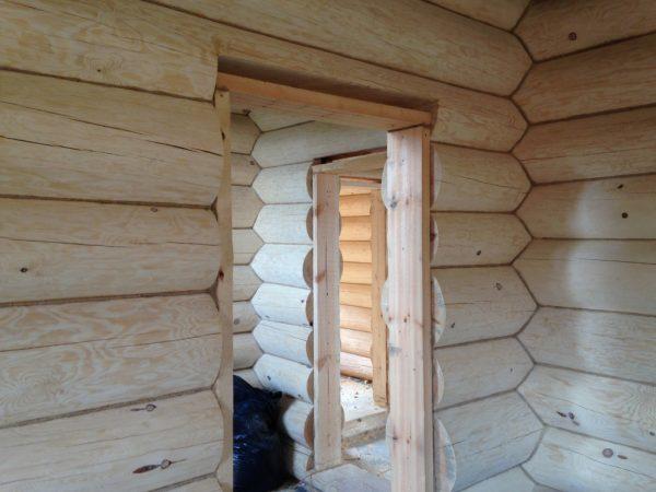 Монтирование дверной коробки в бревенчатую баню