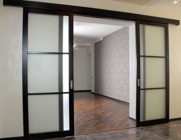 Раздвижные двери со вставками из стекла