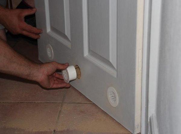 Установка дверной вентиляционной решётки