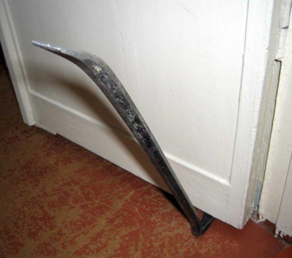 Фомка под дверным полотном