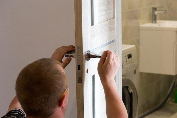 Установка фурнитуры на дверь