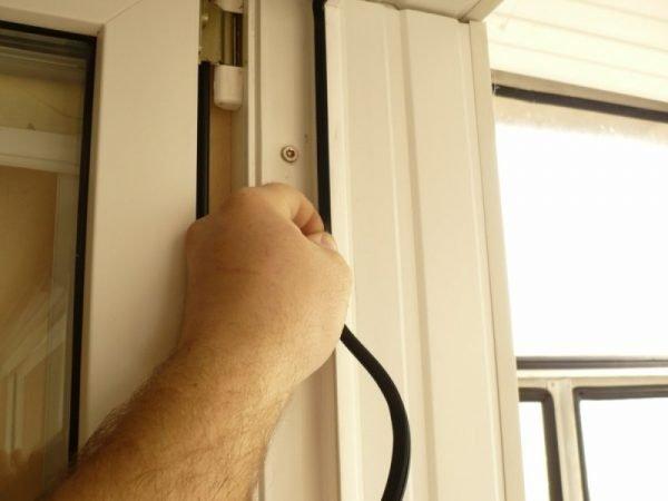 Монтаж уплотнителя входных дверей