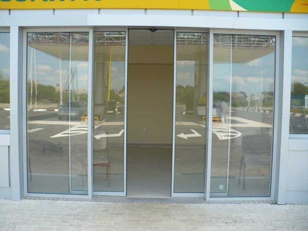 Алюминиевые раздвижные двери в общественном помещении