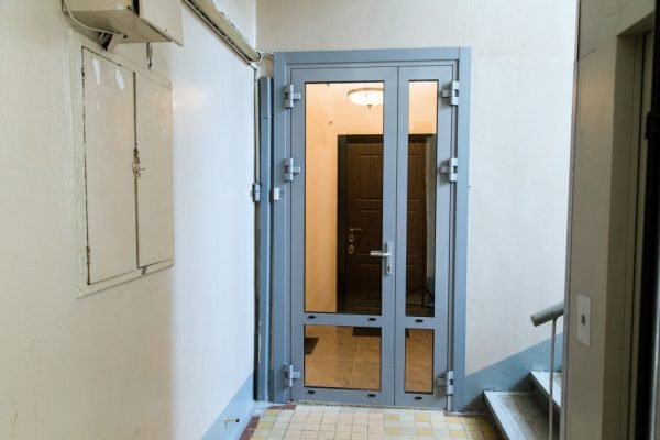 Тамбурные двери из алюминия со стеклом