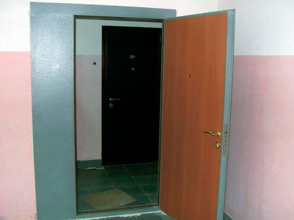 Металлические двустворчатые тамбурные двери