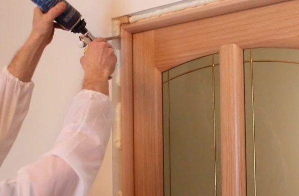 Запенивание дверного косяка