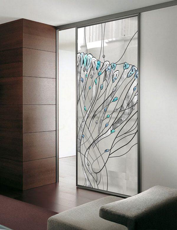 Прозрачная дверь с витражным стеклом