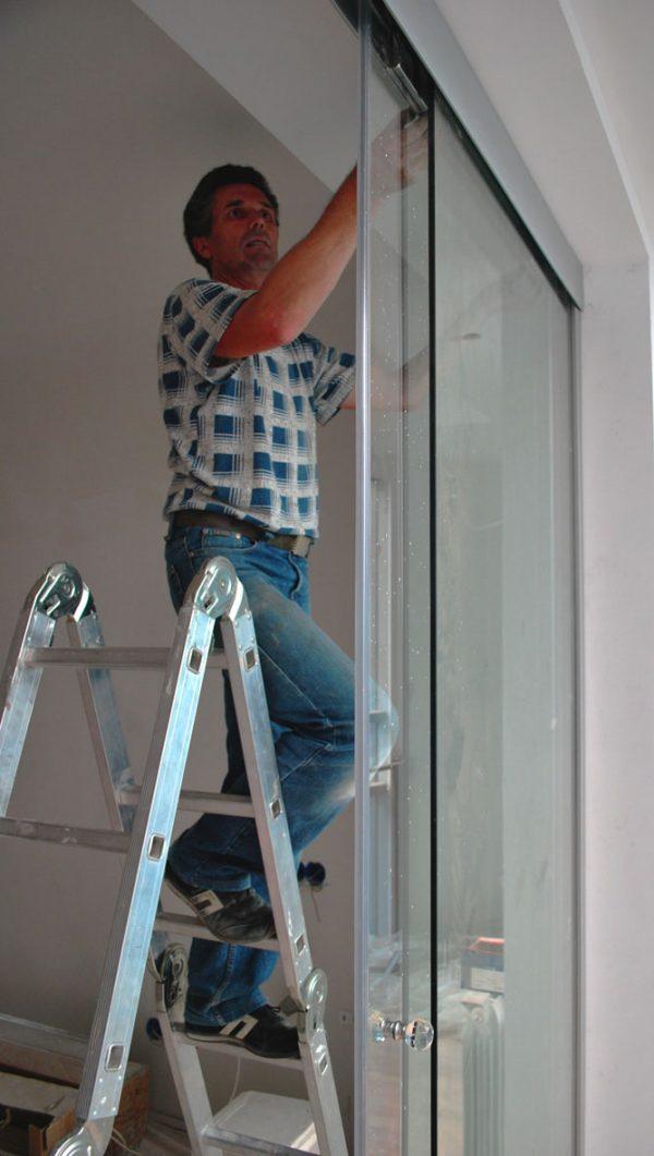 Регулирование раздвижной конструкции из стеклянных полотен