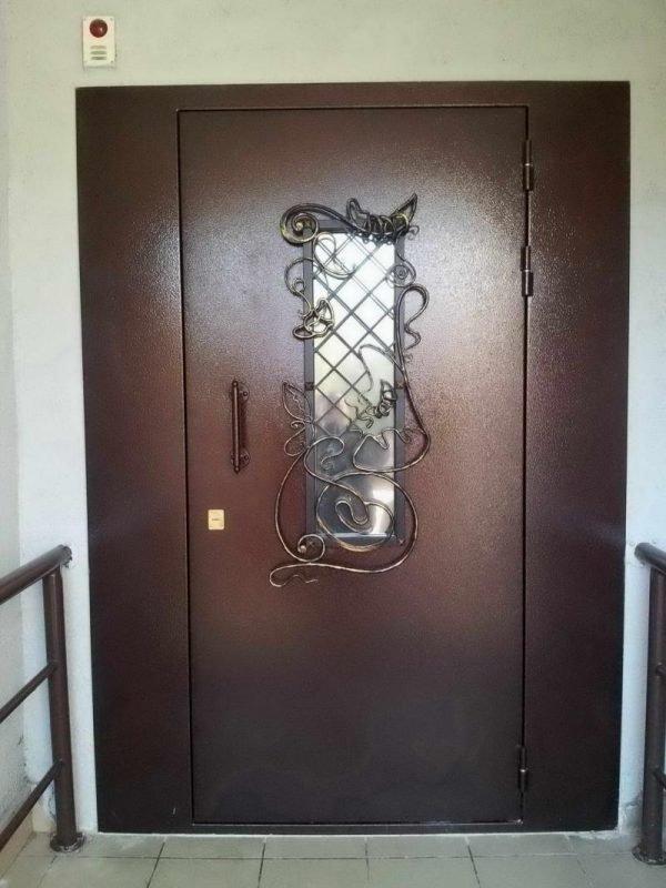 Металлическая тамбурная дверь со стеклом