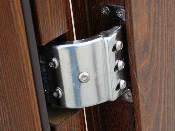 Скрытые петли входной двери из древесины