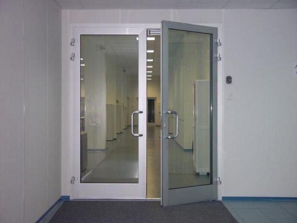 Электромагнитный замок на пластиковой двери
