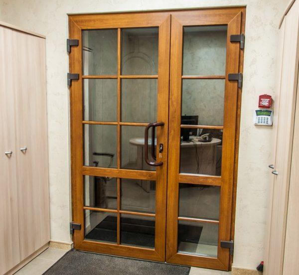 Внутренняя пластиковая дверь со стеклянными вставками