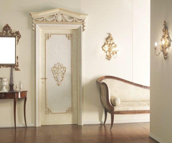 Белая дверь в стиле барокко