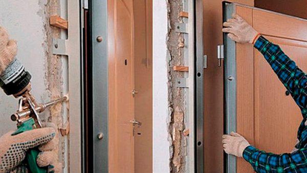 Установка петель и монтаж полотна двери