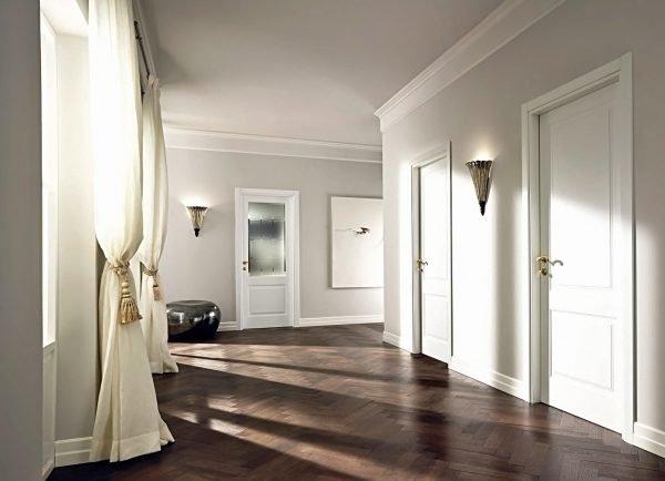 Холл с белыми дверьми