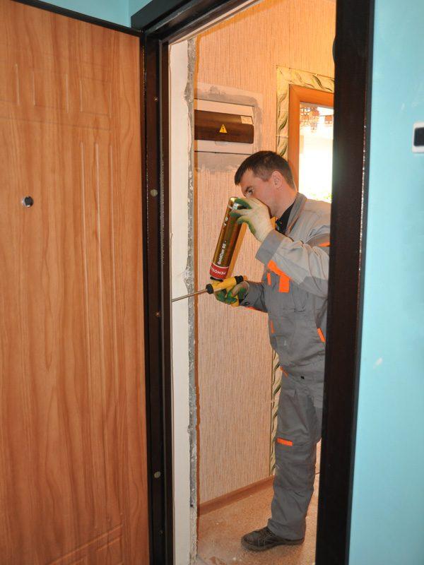 Заполнение швов в дверной коробке