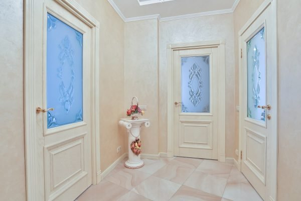 Три белые двери в коридоре
