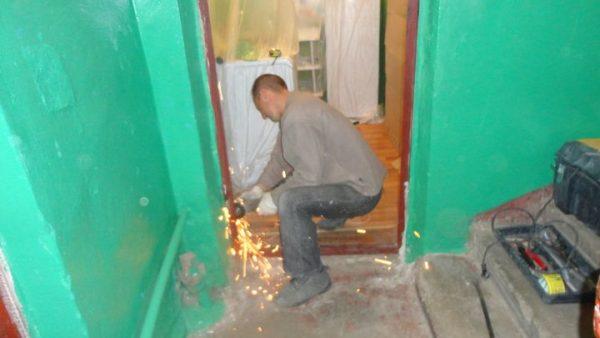Демонтаж металлической дверной коробки