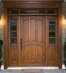 Входные деревянные двери со стеклянными вставками