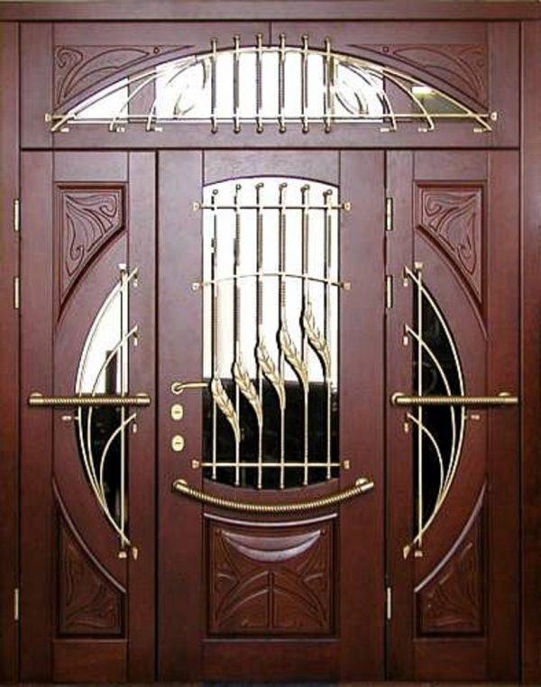 Деревянная входная дверь с декоративной решёткой