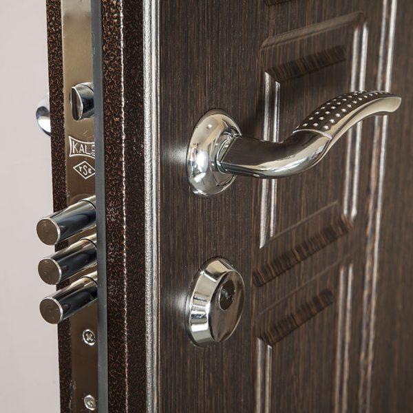Пример фурнитуры двери из металла