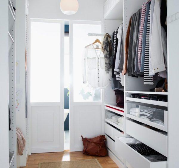 Белая дверь в светлой гардеробной