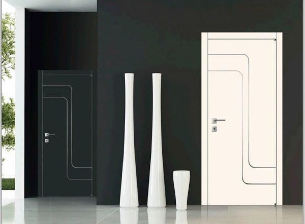 Белые двери с тонкими стеклянными вставками