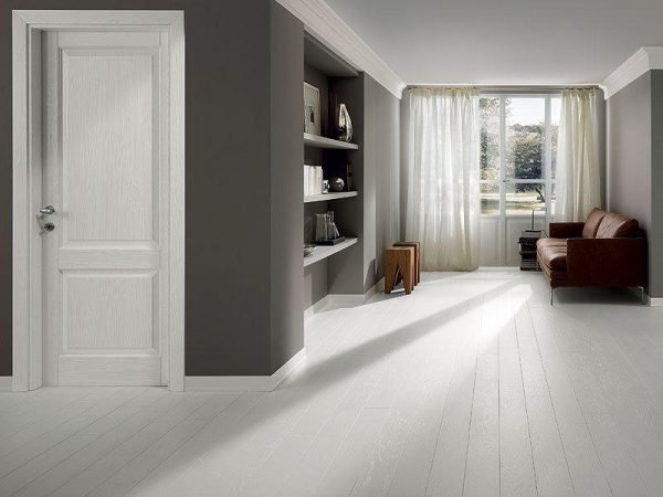Филёнчатые двери в современной серой квартире