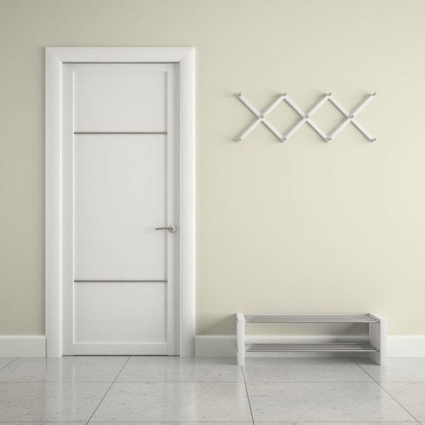 Современные белые двери с тонкими горизонтальными полосами