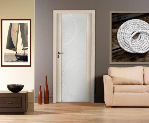 Двери из стекла и древесины в интерьере комнаты