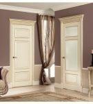Бело-золотые двери на фоне стен цвета какао