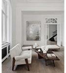 Контраст белых дверей и ножек мебели