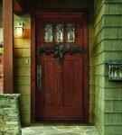 Входная дверь из древесины