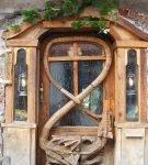 Необычная деревянная входная дверь