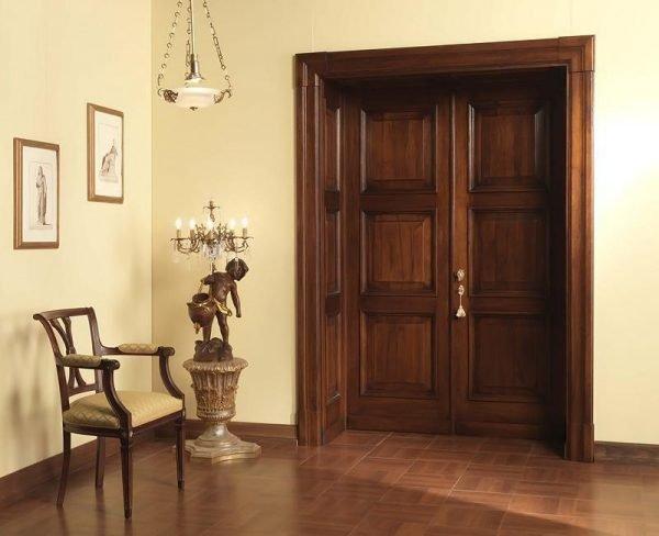 Двустворчатые двери из массива тёмного цвета