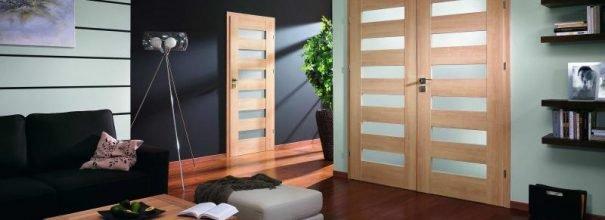 Межкомнатные двери разных размеров в квартире с открытой планировкой