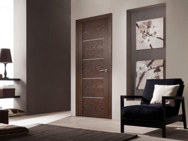 Межкомнатная дверь тёмного цвета