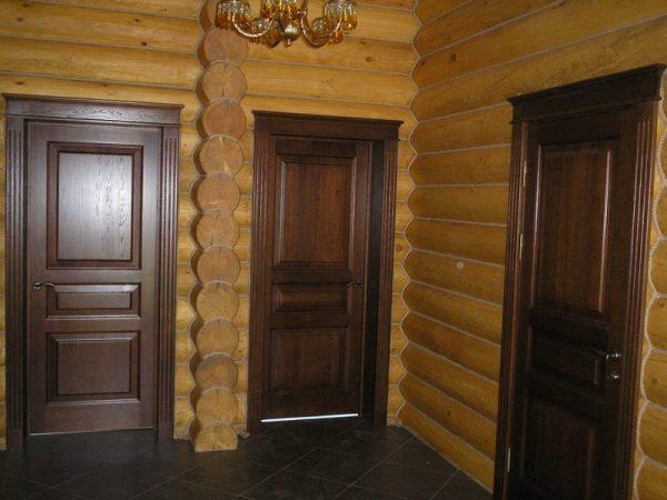 Двери из дуба внутри жилого дома