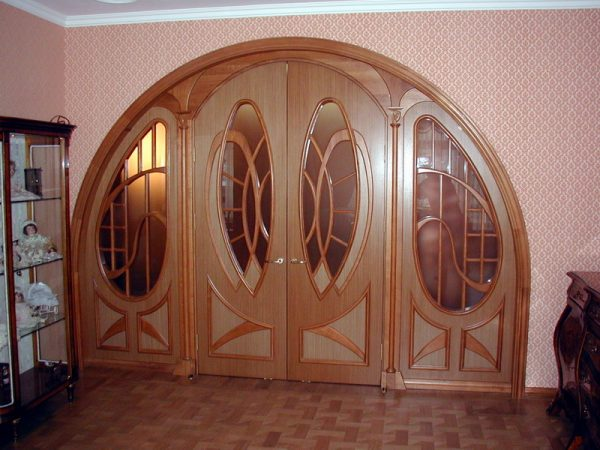 Арочные двери в гостиной