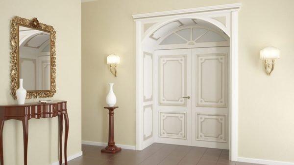Классический интерьер с белыми дверями