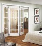 Раздвижные белые двери в интерьере гостиной