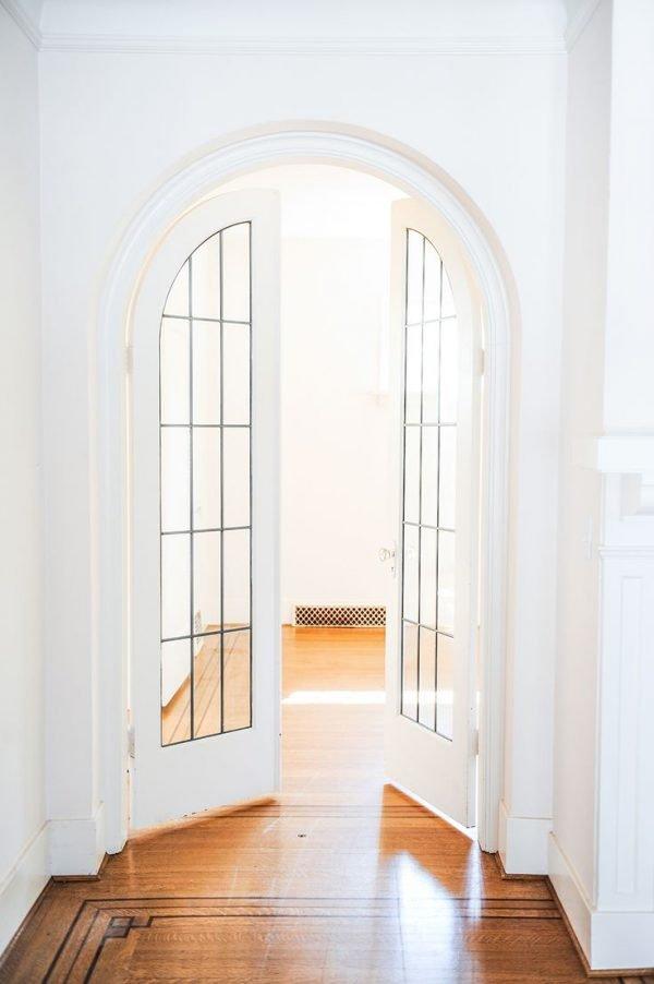 Белые арочные двери в стиле модерн