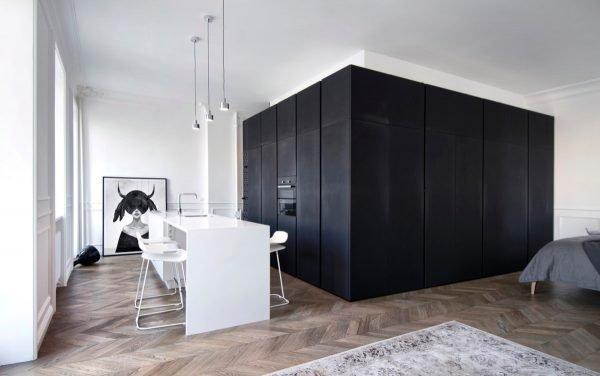 Чёрно-белая комната со скрытыми дверьми
