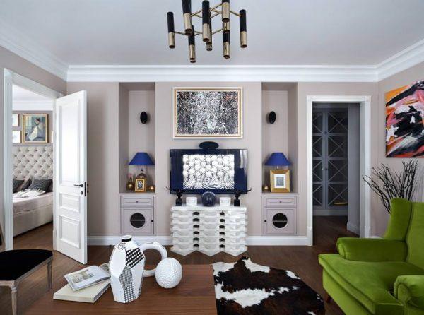 Белые двери с белыми плинтусами и багетами