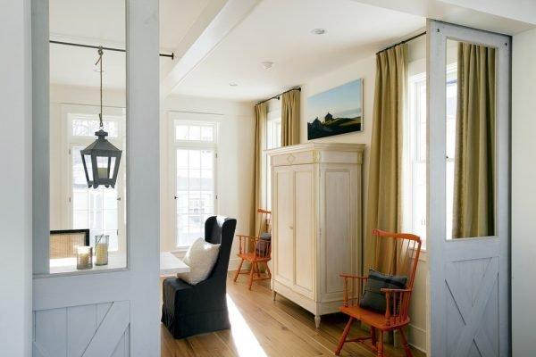 Белые узкие двери в стиле прованс