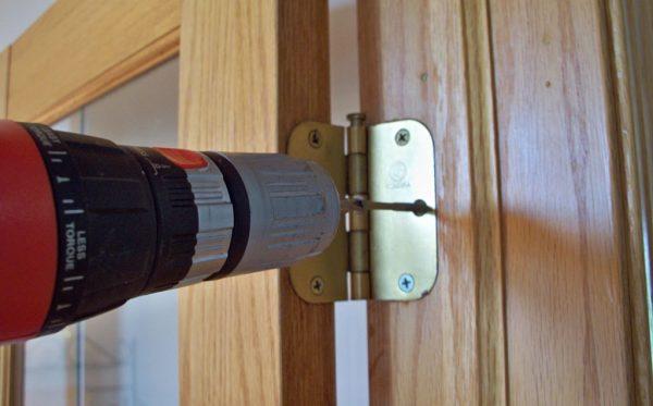Откручивание саморезов петель для снятия двери